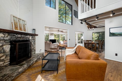 The hilltop hideaway- Saluda cabin, sleeps 8
