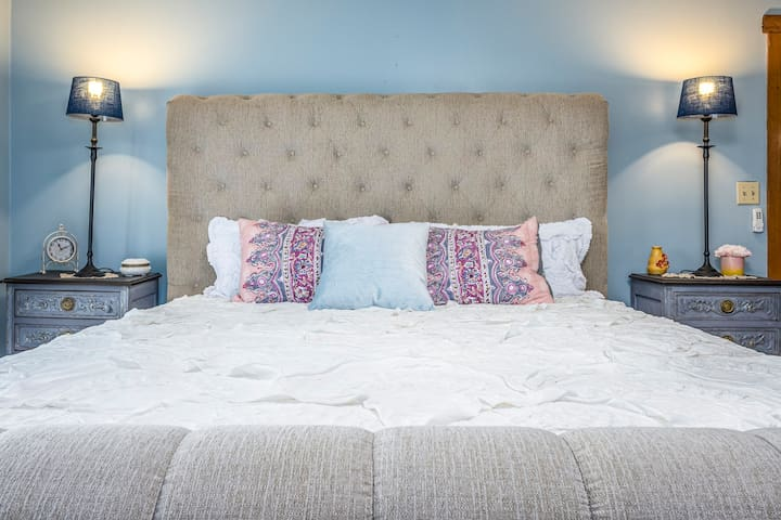Master bedroom with KING size bed!!