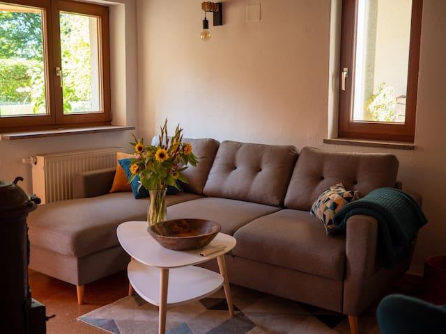 Wohnzimmer Sofa - ausziehbar zum Schlafen dann Platz für 2 Erwachsene oder 2-3  Kinder.