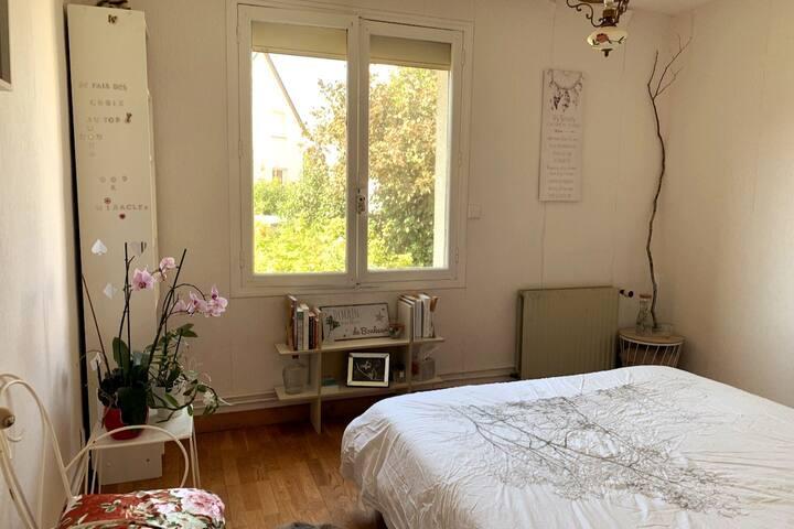La chambre, avec vue sur le jardin et la possibilité d'admirer le ciel étoilé le soir, confortablement installé sur le lit.