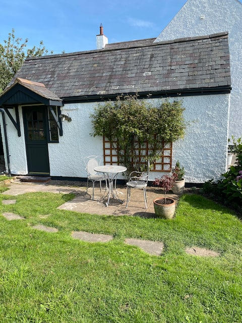 Cosy rural 1 bedroom cottage with views & patio