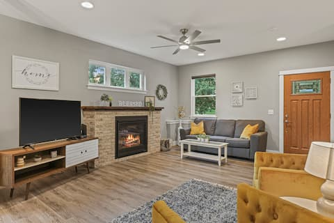 Charming Modern Home - 12min to DT - Spacious Deck