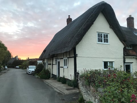 Charming rustic 2-bedroom cottage with garden