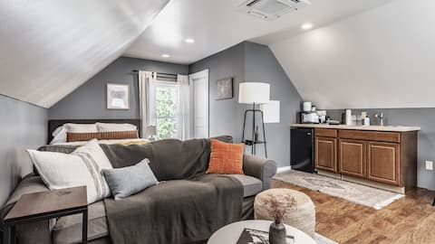 The Carriage House - 1 br/bath downtown guesthouse