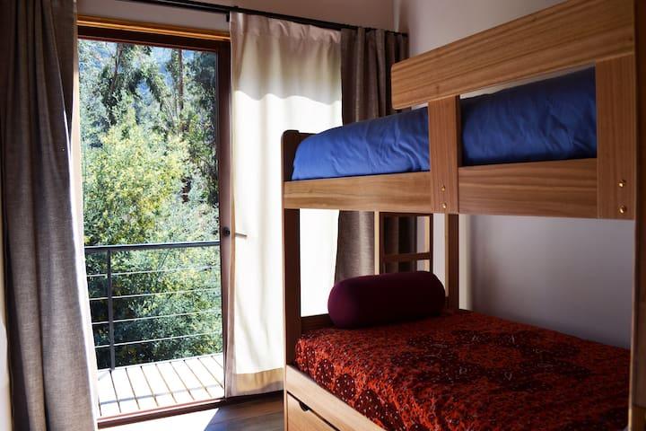 Segundo dormitorio con camarote de plaza y media.