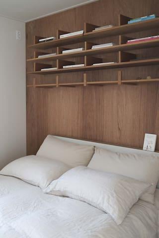 - 퀸 사이즈 침대로 1-2인이 지내시기 좋습니다. - 갖가지 책과 함께 편안한 밤 보내시기 바랍니다.