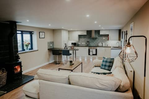 Stunning 1 bedroom cottage with hot tub and fire!