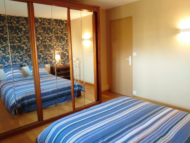 Une grande armoire penderie est à votre disposition avec des portes coulissantes et de grands miroirs.