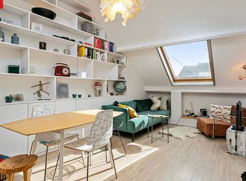 Bright Rooftop Appartment with FREE parking.