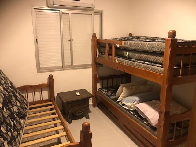 2 Quarto do meio com armários embutidos Ar condicionado e acomoda tranquilamente.