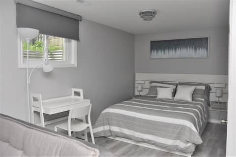 Bright & Modern Basement Suite w/private entrance