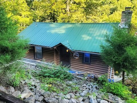 Cozy Cabin in  Woods. Near Historic Dwntn Madison