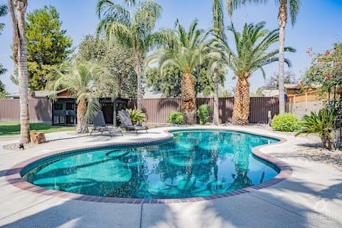 La casa de la piscina de natación grande para entretener.
