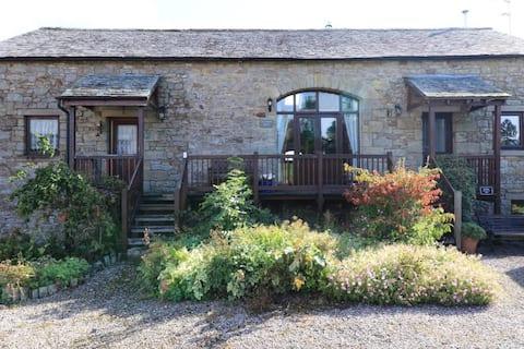 Delightful 2-bedroom barn with log burner, rural
