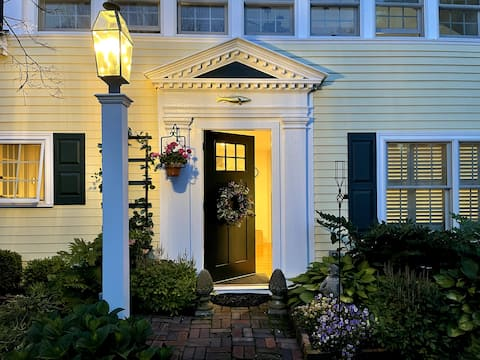 Adorable 1-bedroom carriage house w/ parking