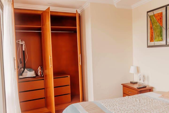 El departamento dispone de una plancha clásica y una plancha Tobi a vapor ideal para planchar camisas y vestidos.