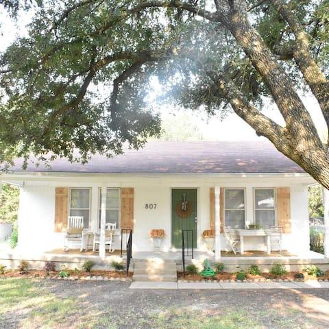 Remodeled 3br/2ba cottage in quiet neighborhood