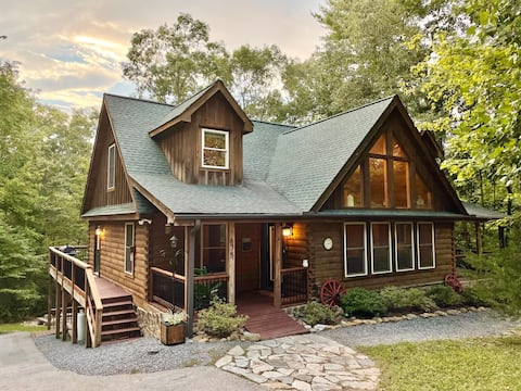Cabin w/ Game Room & Fire Pit in❤️ of Lake Lure!