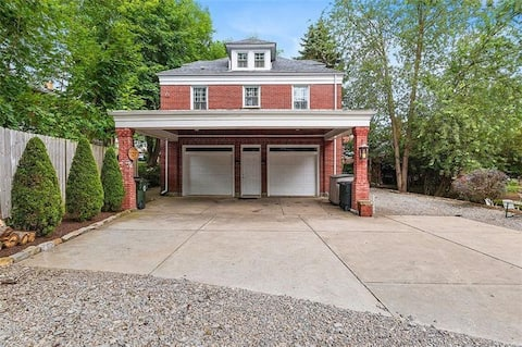 Cozy Carriage House in Oakmont, PA