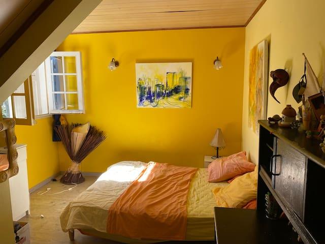 La troisième chambre à l'étage. La chambre n'est pas climatisée mais a un ventilateur.