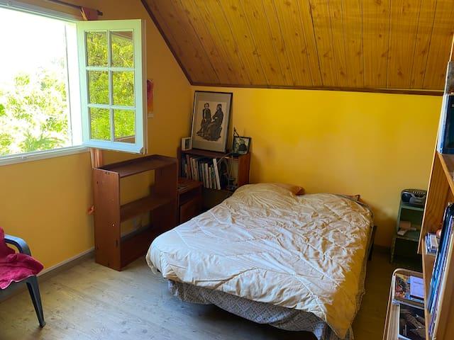 Une deuxième chambre à l'étage. La chambre est climatisée.