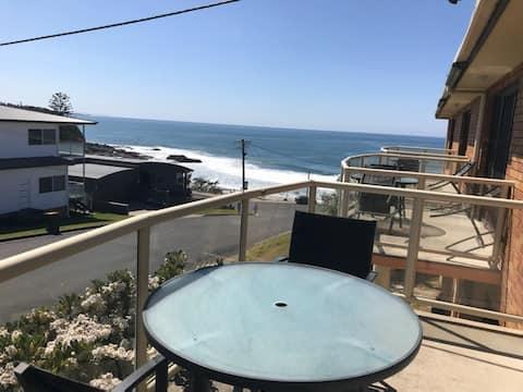 Beautiful sunny apartment overlooking the sea