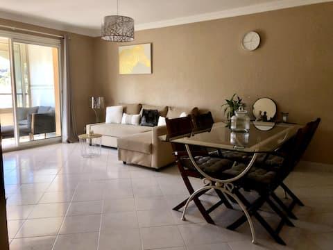 2-Zimmer-Wohnung, mitten im Zentrum von Pégomas.