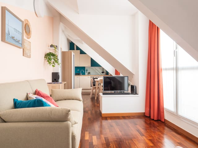 Salotto con vista sulla cucina dove sono presenti il divano letto (140x200) e la TV  Living room with a view of the kitchen with sofa bed (140x200) and TV