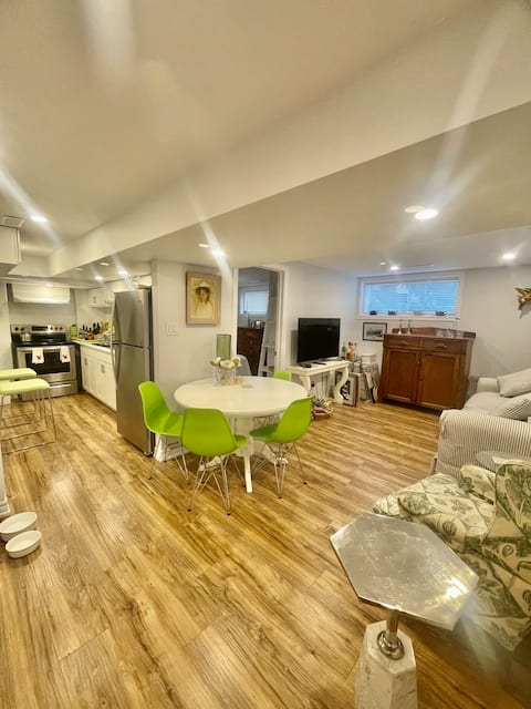 Lovely Lower-Level Apartment in Old Aurora