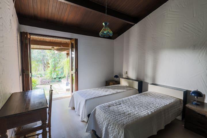 Nosso quarto de solteiro tem 2 camas e 2 bicamas, além de acesso à varanda e vista para o deck.