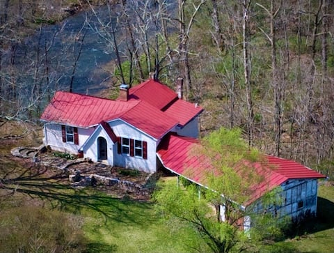Relaxing 3 BR river side cottage w/covered patio