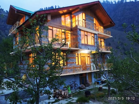 'Solang Diaries-Manali' -An Offbeat Wooden Cottage