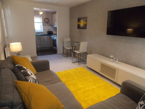 One bedroom flat with wifi and private parking.