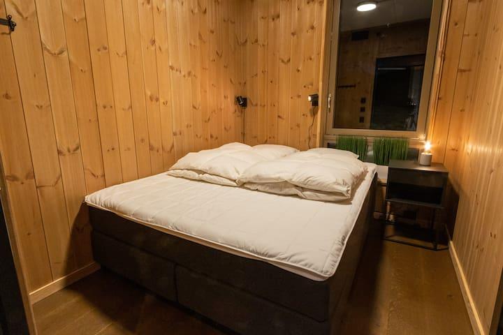 Soverom to. Svane seng på 150 *200 cm