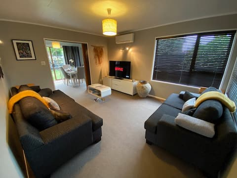Cosy 2 bdrm w/ 4 beds 5 mins drive to most places