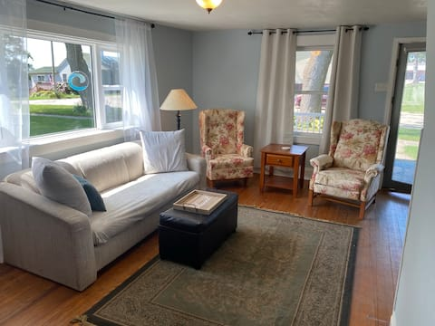 Cheerful 3 bedroom residential home with patio