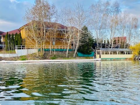 Домик на берегу голубого озера