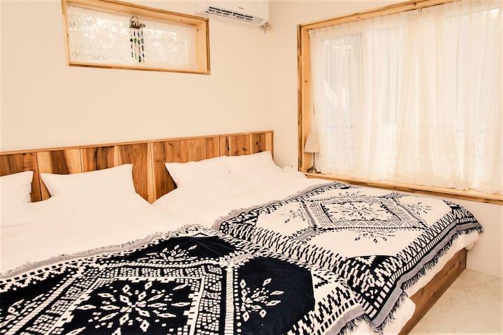 제주삼나무로 짜서만든 침대프레임 위에 폭신한 침구류가 얹혀져 있어요.