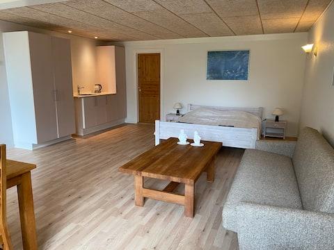 Stort værelse i gammel staldbygning ved Vadehavet