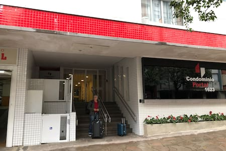 O prédio tem escada mas tem elevador com acessibilidade. Entrada ampla, iluminada.