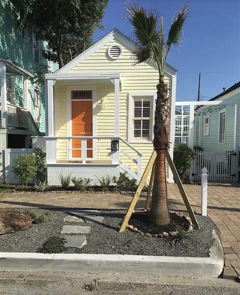 Cheerful 1 bedroom home, 3 blocks from beach. 🏖