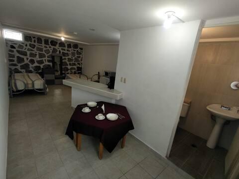 habitacion con cocina y baño privado.
