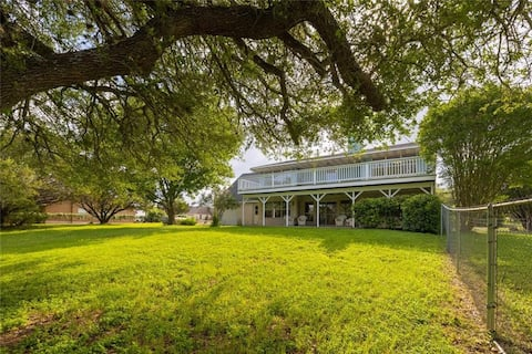 Stylish golf course home near lake, bring the boat