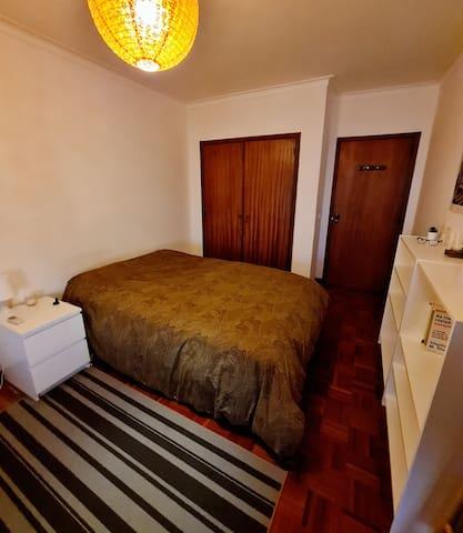 Quarto com cama de casal e cama individual de criança (até 12 anos). --- Bedroom with a bed for two and a smaller children bed (up to 12 y.o)