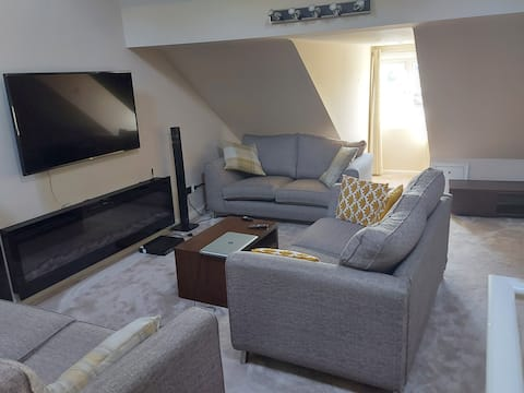 2 bed townhouse, near castle, 5 mins from airport.