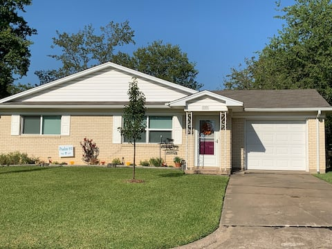 The Cowboy Cottage Cheerful 2 bd/1 ba with patio.