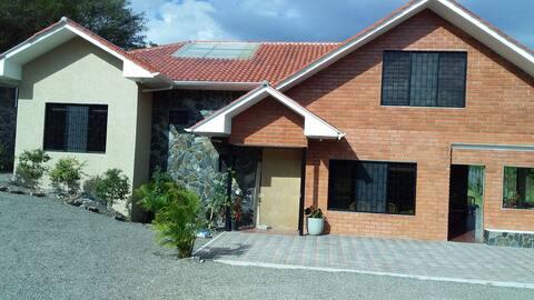 Casa de campo con piscina en Yunguilla