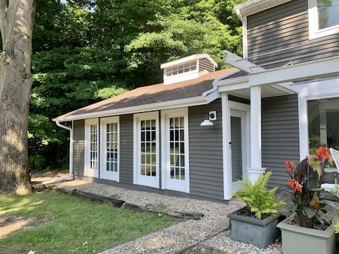 ADORABLE LAKESIDE STUDIO IN HARBOR COUNTRY!