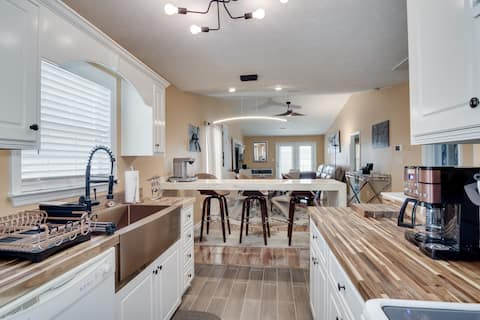 Stunning chic 2 bedroom townhouse with hot tub!