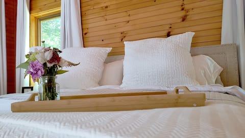 Luxury Romantic Cottage near lake, trails & golf